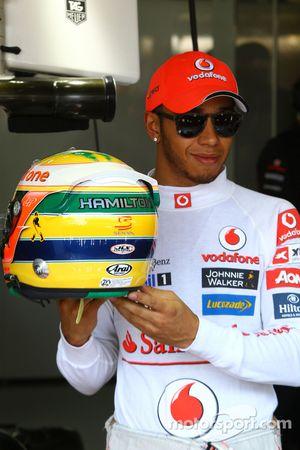 Lewis Hamilton, de McLaren Mercedes, con homenaje en el casco para Ayrton Senna
