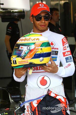 Льюис Хэмилтон, McLaren Mercedes с шлемом в память об Айртоне Сенне