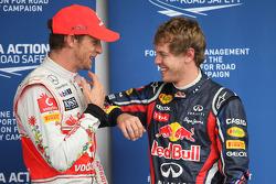 Jenson Button, McLaren Mercedes con Sebastian Vettel, Red Bull Racing obtiene la pole position y es