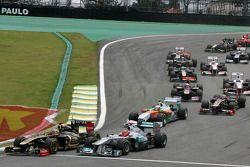 Start van de race, Bruno Senna, Renault F1 Team en Michael Schumacher, Mercedes GP
