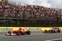 Фелипе Масса, Scuderia Ferrari едет впереди Льюиса Хэмилтона, McLaren Mercedes