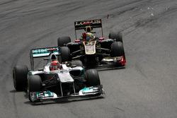Michael Schumacher, Mercedes GP y Bruno Senna, Renault F1 Team