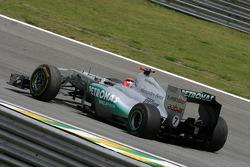 Michael Schumacher, Mercedes GP con un neumático desinflado