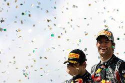 Podio: el ganador de la carrera Mark Webber Red Bull Racing