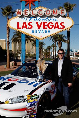 Tony Stewart, Stewart-Haas Racing Chevrolet poseert met de trofee