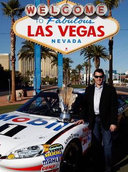 Tony Stewart, Stewart-Haas Racing Chevrolet poses with the trophy