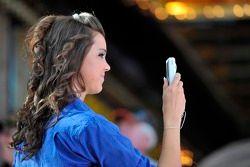 Un fan prenant une photo
