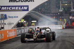 Vitaly Petrov conduce el Lotus Renault de tres plazas