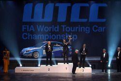 WTCC kampioen Yvan Muller, 2de Robert Huff, 3de Alain Menu