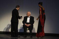 FIA President Jean Todt geeft Professor Sid Watkins de FIA Academy Gold Medal for Motorsport
