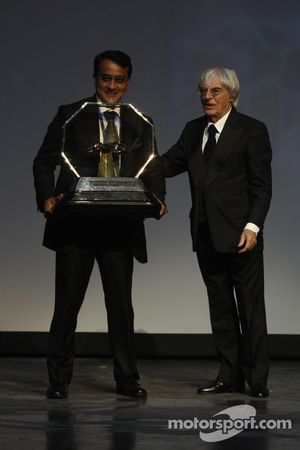 FOM President Bernie Ecclestone geeft Sameer Gaur de Formula One Promotional Promoter trofee