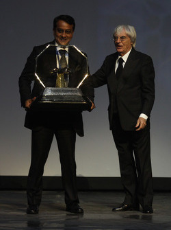 FOM President Bernie Ecclestone presents Sameer Gaur with the Formula One Promotional Promoter trophy
