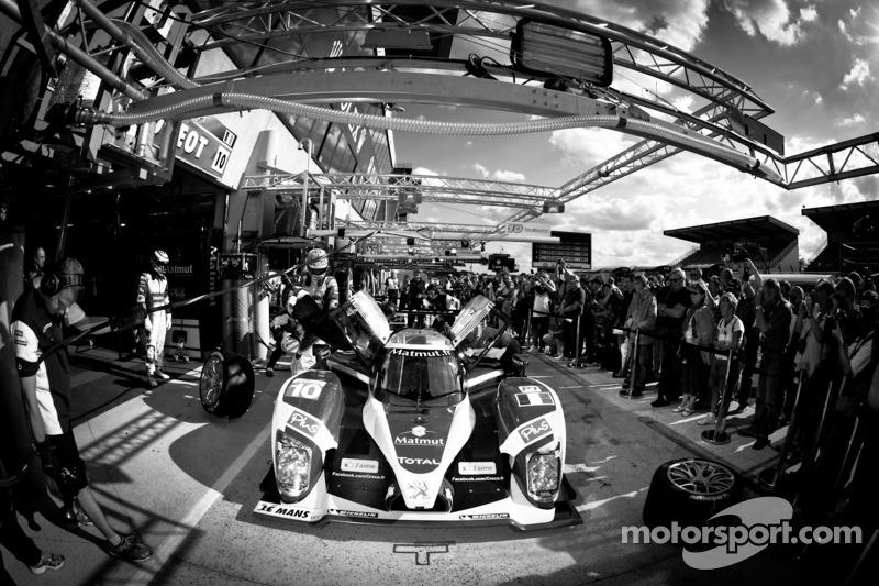 Práctica de pit stop del #10 Team Oreca Matmut Peugeot 908 HDI-FAP: Nicolas Lapierre, Loic Duval, Ol