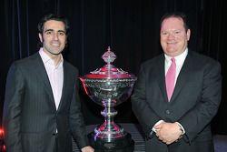 Dario Franchitti y Chip Ganassi con el trofeo de IndyCar 2011