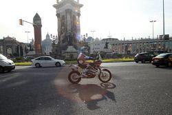 Marc Coma entrega paquetes en Barcelona con su KTM