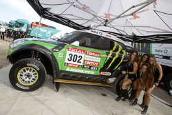 The lovely Monster girls with the car of Stéphane Peterhansel and Jean-Paul Cottret