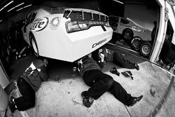 Miembros del equipo Penske Racing Dodge trabajando