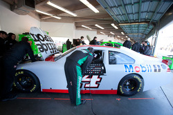 Ricky Stenhouse Jr., Roush Fenway Racing Ford praat met Tony Stewart, Stewart-Haas Racing Chevrolet