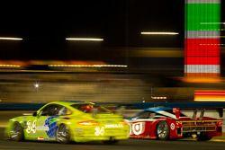 #34 Orbit/GMG Porsche GT3: Michael DeFontes, Phil Fogg, Miro Konopka, Jan Vonka en #01 Chip Ganassi