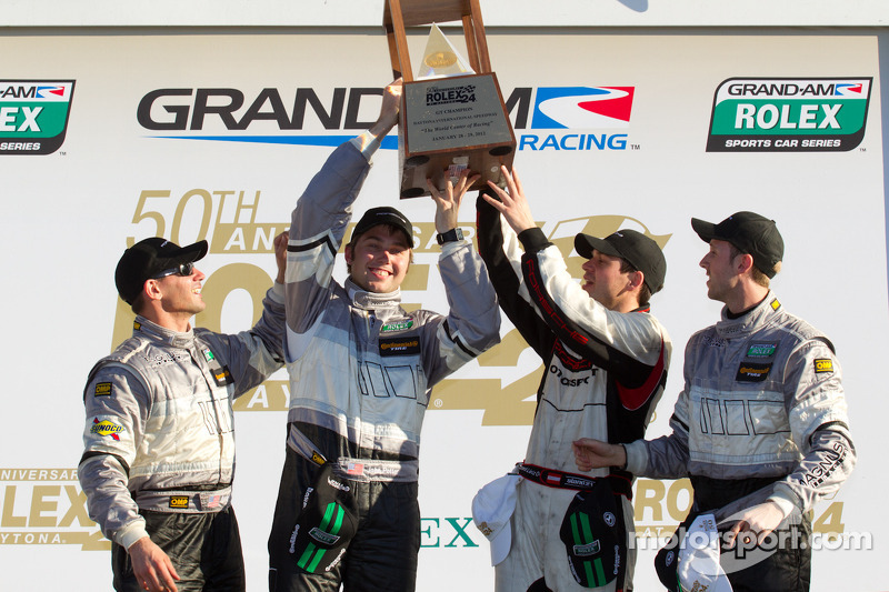 GT victory lane: winnaars in klasse Andy Lally, Richard Lietz, John Potter, Rene Rast