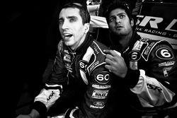 Justin Wilson y Gustavo Yacamán muestran su emoción en las últimas vueltas de la carrera.