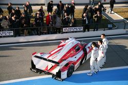 Kazuki Nakajima, Alexander Wurz, Nicolas Lapierre con el nuevo Toyota Hybrid TS030