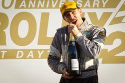 GT подиум: Рене Раст пытается открыть бутылку шампанского