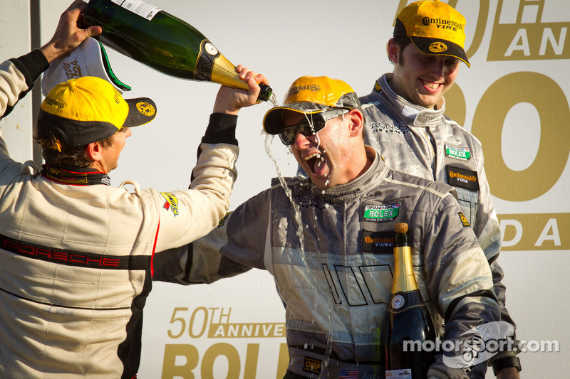 GT podium: Andy Lally knoeit met fles champagne
