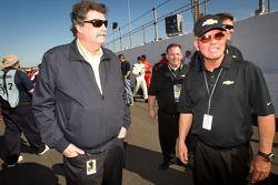 NASCAR President Mike Helton en GM's Jim Lutz