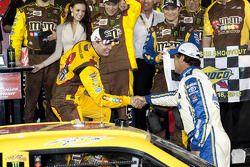 Victory lane: winnaar Kyle Busch, Joe Gibbs Racing Toyota viert met Michael Waltrip, Michael Waltrip