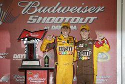 Victory lane: winnaar Kyle Busch, Joe Gibbs Racing Toyota viert met crew chief Dave Rogers