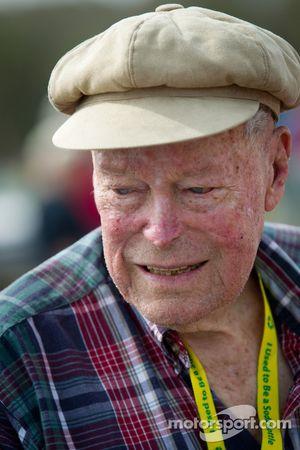 """Living legends of auto racing street parade"": oudste levende NASCAR rijder Mac McDonald"