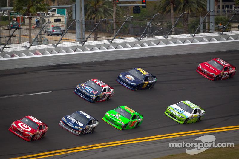 Juan Pablo Montoya, Earnhardt Ganassi Racing Chevrolet lidera a un grupo de autos