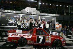 Victory lane: winnaar John King, Red Horse Racing Toyota