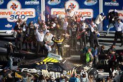 Victory lane: winnaar James Buescher, Turner Motorsports Chevrolet