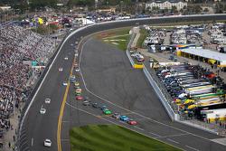 Dale Earnhardt Jr., JR Motorsports Chevrolet aan de leiding naar de pits