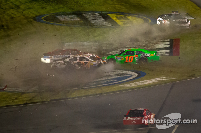 Crash mit Danica Patrick, Stewart-Haas Racing Chevrolet, Trevor Bayne, Wood Brothers Racing Ford, David Ragan, Front Row Motorsports Ford, Kurt Busch, Phoenix Racing Chevrolet