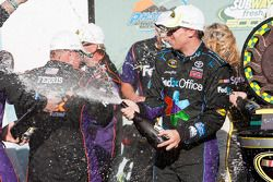 Victory lane: winnaar Denny Hamlin, Joe Gibbs Racing Toyota