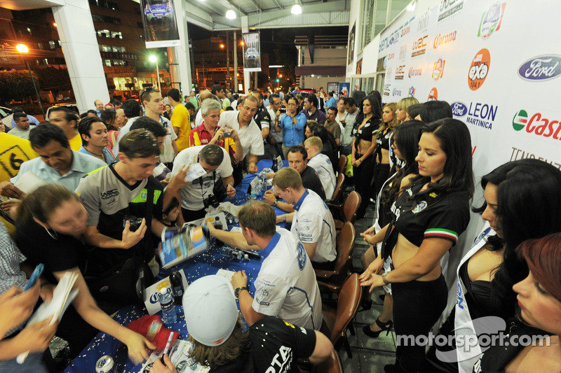 Los conductores de Ford World Rally Team firman autógrafos