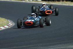 #71 Alan Baillie - Cooper T71/73 (1964) en #1 Richard Attwood - BRM P261 F1 (1964)