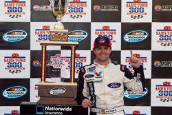 Victory lane: winnaar Ricky Stenhouse, Jr.