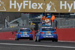 Yvan Muller, Chevrolet Cruze 1.6T, Chevrolet race winnaar en Robert Huff, Chevrolet Cruze 1.6T, Chev