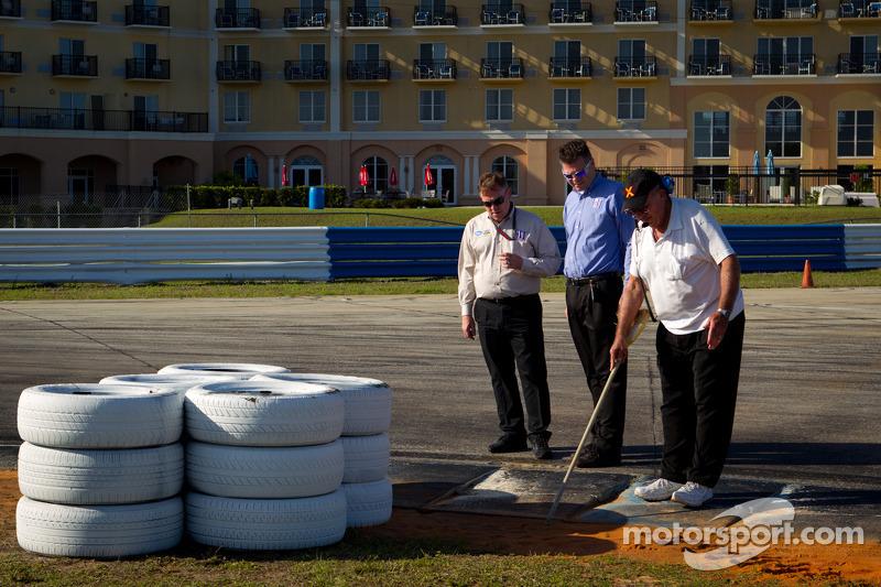 IMSA officials inspecteren het circuit