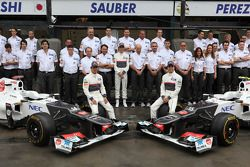 Foto del equipo Sauber con Kamui Kobayashi, Sauber F1 Team, Sergio Pérez, Sauber F1 Team y Peter Sau