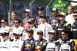 Групповое фото гонщиков: пилоты Mercedes AMG F1 Валттери Боттас и Льюис Хэмилтон, пилоты Red Bull Racing Даниэль Риккардо и Макс Ферстаппен, пилоты Force India F1 Серхио Перес и Эстебан Окон. Средний ряд: пилоты McLaren Стоффель Вандорн и Фернандо Алонсо, пилоты Williams Фелипе Масса и Лэнс Стролл, пилоты Renault Sport F1 Нико Хюлькенберг и Джолион Палмер. Задний ряд: пилоты Haas F1 Кевин Магнуссен и Ромен Грожан, пилоты Scuderia Toro Rosso Даниил Квят и Карлос Сайнс-мл., пилот Sauber Маркус Эрикссон