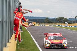 Ricardo Zonta recebe bandeira quadriculada para a vitória na segunda prova em Goiânia