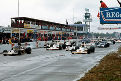 Старт: Питер Ревсон, McLaren M23, и Ронни Петерсон, Lotus 72D