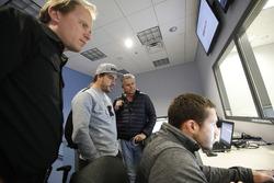 Fernando Alonso en el simulador de Honda Performance con el ingeniero Eric Bretzman y Gil de Ferran