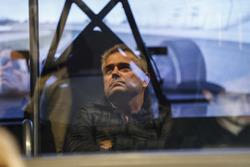 Fernando Alonso en el simulador Honda Performance   mientras que Gil de Ferran observa y se refleja en la ventana de la sala de control