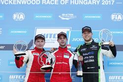 Podium: Christ Johannes Schreiber, Rikli Motorsport; 2. Artemyev, Seat Leon; 3. Danile Nagy, Zengo Motorsport